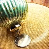 Boule de Noël de vintage de plat d'or. Rétro esprit de carte de Noël Photos stock