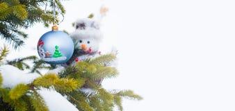Boule de Noël et homme de neige Image libre de droits