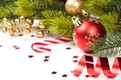 Boule de Noël et toute autre décoration sur l'arbre Photos stock