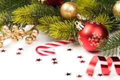 Boule de Noël et toute autre décoration sur l'arbre Photographie stock libre de droits