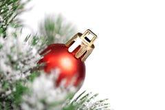 Boule de Noël et toute autre décoration sur l'arbre Photo stock
