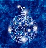 Boule de Noël faite en flocons de neige sur le fond grunge Images stock