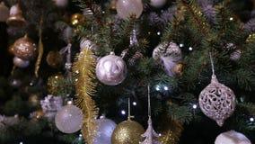 Boule de Noël, lumières de Noël accrochant dans un arbre, nouvelle année, babiole argentée pendant d'un arbre de Noël décoré banque de vidéos