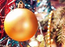 Boule de Noël sur l'arbre Fond brouillé Traitement de vintage photos libres de droits