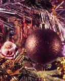 Boule de Noël sur la branche et le chiffre de St Claus à l'arrière-plan Traitement de vintage images libres de droits