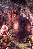 Boule de Noël sur la branche et le chiffre de St Claus à l'arrière-plan Traitement de vintage photos stock