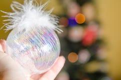 Boule de Noël sur la main de femme Photo stock