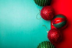 Boule de Noël sur le backround de poivron vert et rouge cardez la salutation de Noël Joyeux Noël Vue supérieure Copiez l'espace C images libres de droits