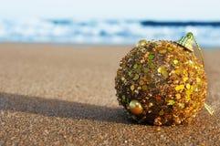 Boule de Noël sur le sable d'une plage Images stock