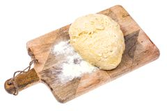 Boule de pâte de pizza sur la planche à découper en bois de cuisine avec le saupoudrage de la farine Photo stock