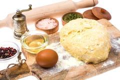 Boule de pâte de pizza sur la planche à découper en bois de cuisine avec le saupoudrage de la farine Image stock
