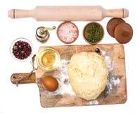 Boule de pâte de pizza sur la planche à découper en bois de cuisine avec le saupoudrage de la farine Photos libres de droits