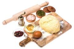 Boule de pâte de pizza sur la planche à découper en bois de cuisine avec le saupoudrage de la farine Photos stock