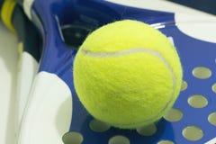 Boule de palette sur la raquette Boule jaune de palette s'étendant sur la raquette, Photographie stock libre de droits