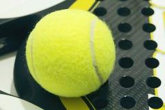 Boule de palette sur la raquette Boule jaune de palette s'étendant sur la raquette Images libres de droits