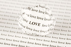 Boule de papier chiffonnée avec amour de mots Photos stock