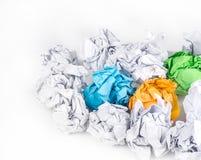 Boule de papier chiffonnée d'isolement sur le fond blanc image libre de droits
