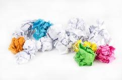 Boule de papier chiffonnée d'isolement sur le fond blanc images libres de droits