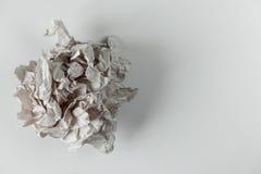 Boule de papier chiffonnée d'isolement sur le fond blanc Photo libre de droits