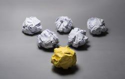 Boule de papier chiffonnée par jaune Créativité d'affaires, concept de direction photos libres de droits