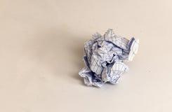 Boule de papier chiffonnée par papier rayée de bloc-notes Images libres de droits