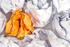 Boule de papier chiffonnée sur le fond blanc photos libres de droits