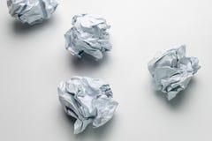 Boule de papier groupée en masse compacte sur le papier Image stock