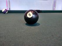 Boule de piscine du numéro 8 sur la table photographie stock libre de droits