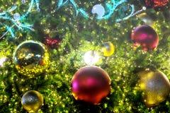 Boule de plan rapproché décorant l'arbre de Noël Images stock