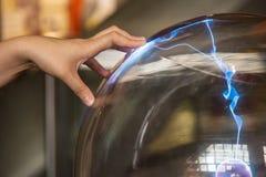 boule de plasma avec l'électricité images stock