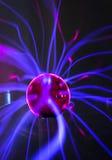Boule de plasma avec les flammes magenta-bleues Image libre de droits