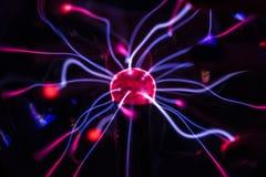 Boule de plasma contre un au sol de dos de noir photo stock