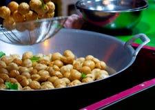 Boule de poissons dans une poêle avec de l'huile chaude en nourriture de rue de la Thaïlande image libre de droits