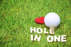 Boule de putter et de golf sur le fond vert Photographie stock