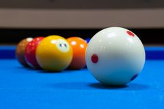 Boule de queue de billard et boules solides photos stock