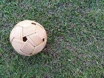 Boule de rotin, boule de takraw sur l'herbe verte Photos libres de droits