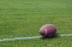 Boule de rugby américaine sur l'herbe Images libres de droits