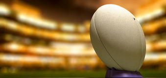 Boule de rugby dans une nuit de stade Images stock