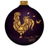 Boule de scintillement d'or de nouvelle année avec le coq Image libre de droits