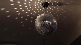 Boule de scintillement tournante de disco Concept de partie de nuit banque de vidéos