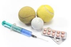 Boule de tennis et de golf avec une seringue et des pilules Image libre de droits