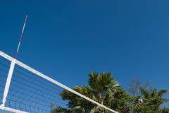 Boule de volleyball à l'air photographie stock
