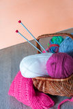 Boule des aiguilles de fil et de tricotage dans le panier sur une table grise en bois handmade Photographie stock