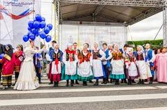 Boule des participants de festival de nationalités l'ensemble polonais GAIK de danse folklorique Défilé d'ouverture Images libres de droits