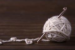 Boule du fil crème avec le crochet de crochet Images libres de droits