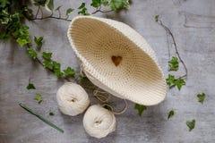 Boule du fil crème et bleu avec le crochet de crochet Photographie stock