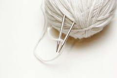 Boule du fil de laine blanc avec des aiguilles de tricotage sur le backgroun blanc Photos libres de droits