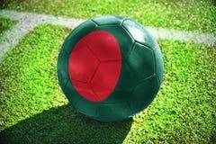 Boule du football avec le drapeau national du Bangladesh Photos libres de droits