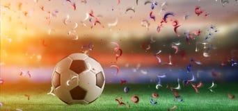 Boule du football sur le champ d'un stade de coupe du monde avec la flamme Image libre de droits