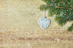 Boule en forme de coeur de Noël sur le branche d'arbre de sapin Photos libres de droits